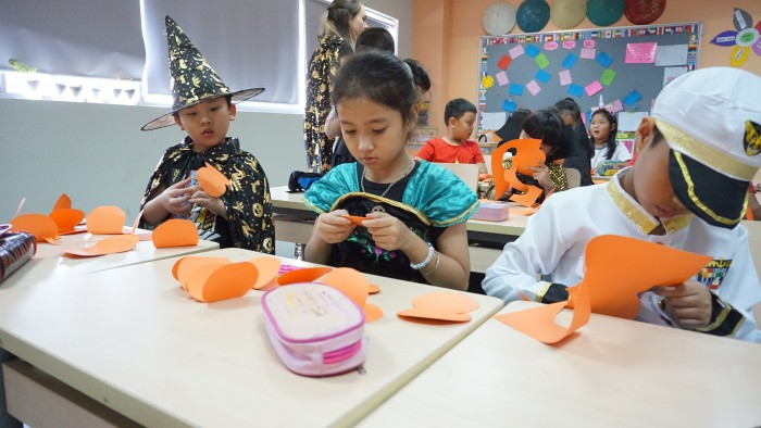 Halloween - decorate classrooms (1)