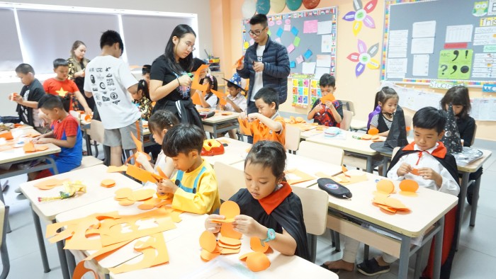 Halloween - decorate classrooms (2)