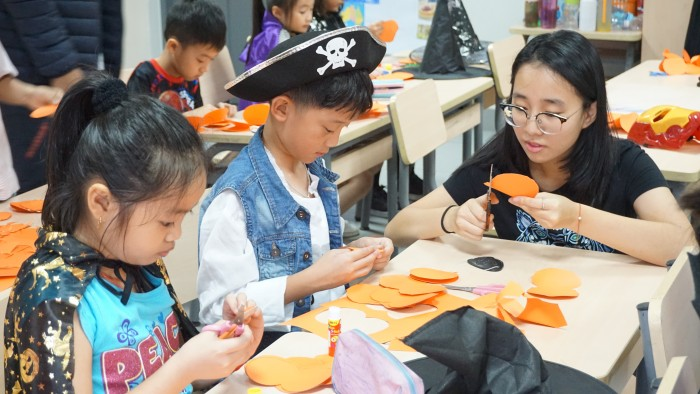 Halloween - decorate classrooms (3)