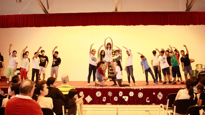 Student Performance during the Christmas Charity Fair (20)