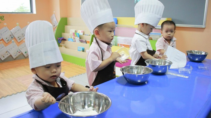 Students cooked moon cakes (1)