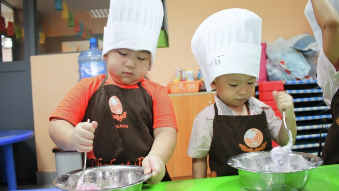 Students cooked moon cakes (3)
