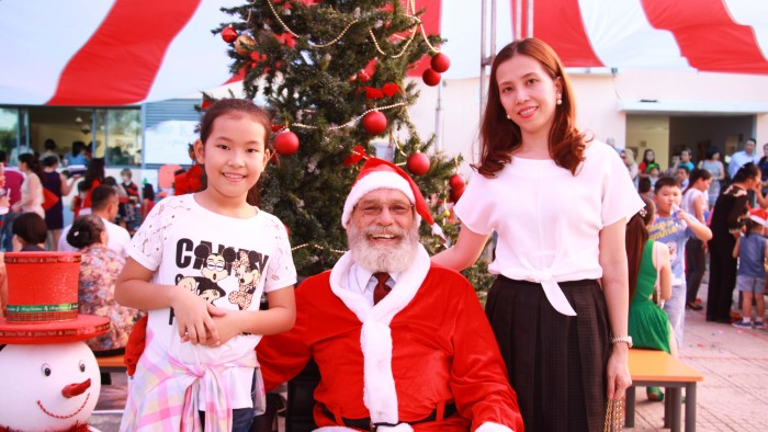 Taking photos with Santa Claus is a must for Christmas (1)