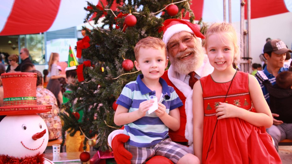 Taking photos with Santa Claus is a must for Christmas (10)
