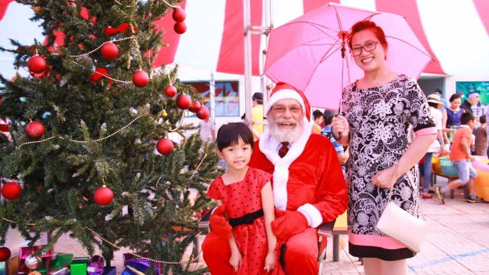 Taking photos with Santa Claus is a must for Christmas (3)