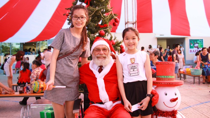 Taking photos with Santa Claus is a must for Christmas (5)