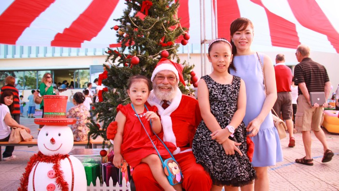 Taking photos with Santa Claus is a must for Christmas (7)
