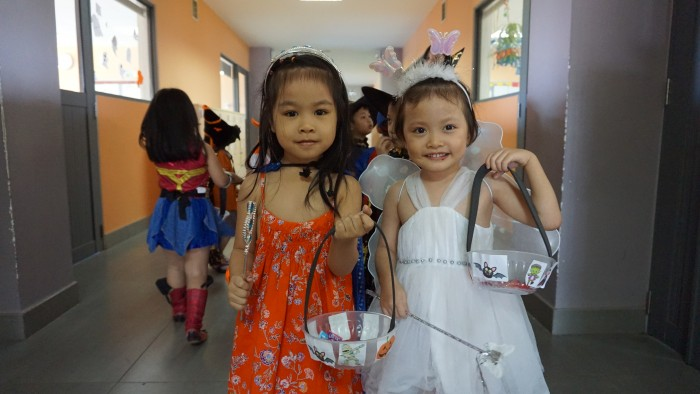 Trick-or-treating around the school (3)